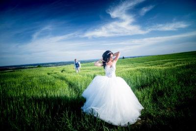 Hochzeitsfotograf Freiburg Umgebung Brautpaar auf dem Feld blauer Himmel