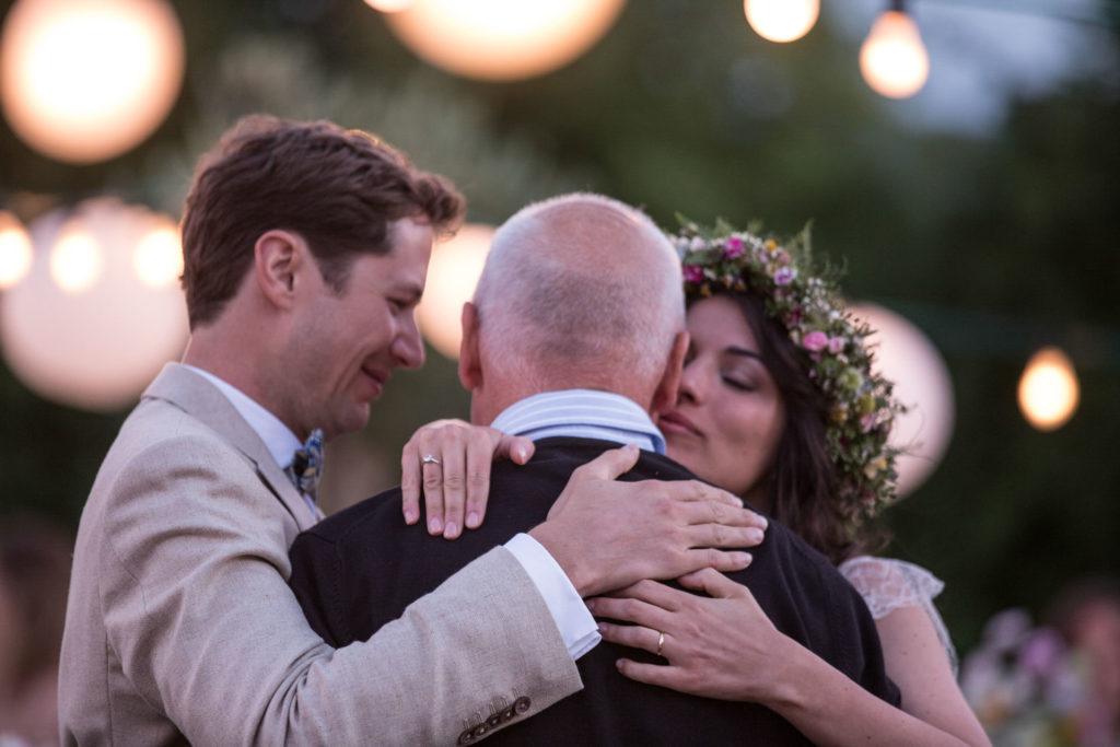 Hochzeitsreportage Freiburg Burkheim Braut küsst ihren Vater