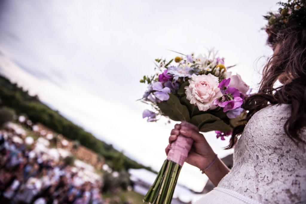 Hochzeitsreportage Freiburg Braut haelt den Brautstrauß