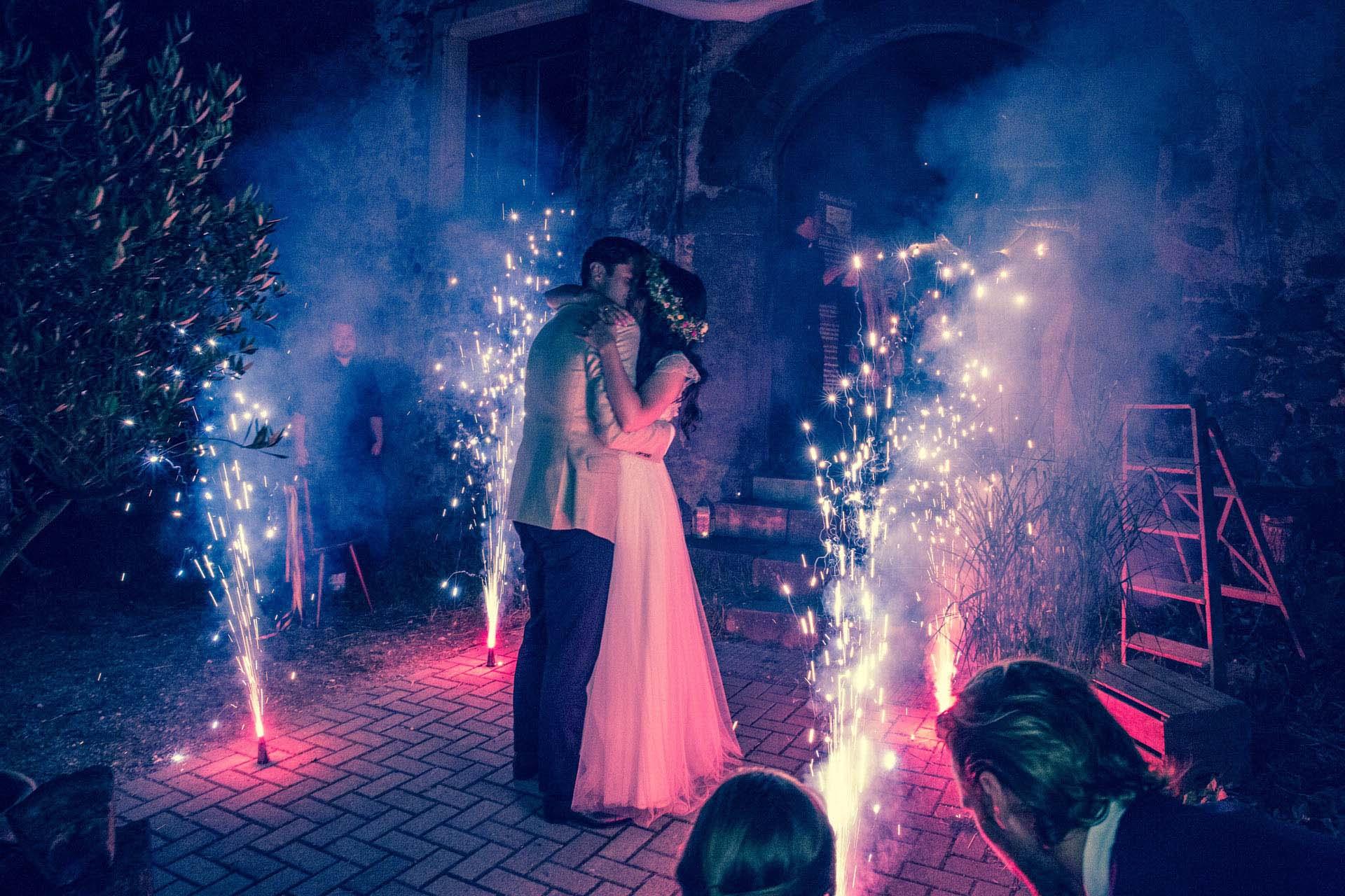 Hochzeitsreportage_Freiburg_Basel_Feier Brautpaar Feuerwerk Kuss