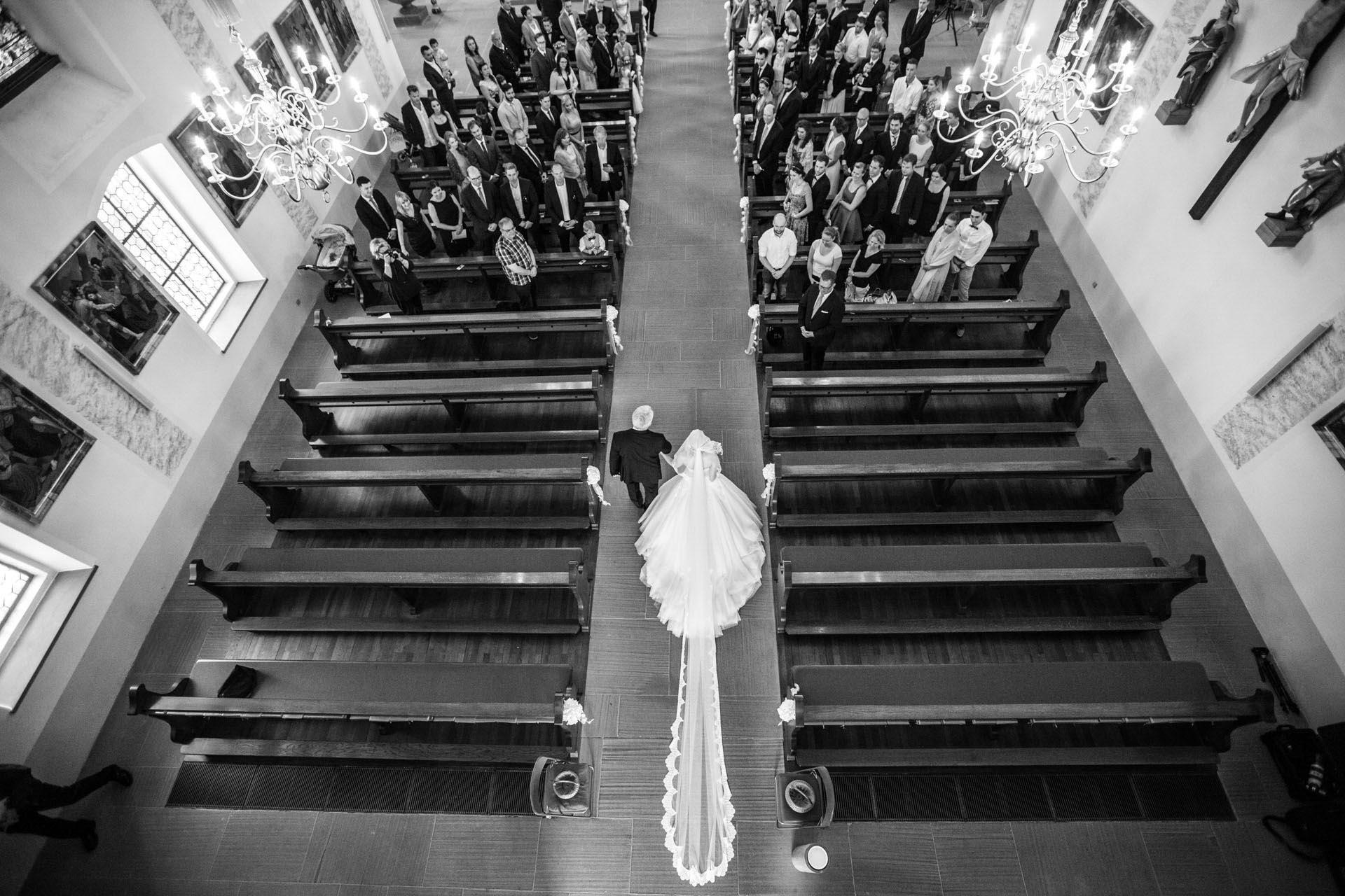 Hochzeitsfotograf Freiburg Umgebung Basel zuerich hochzeitsreportageKirche Braut und ihr Vater von oben