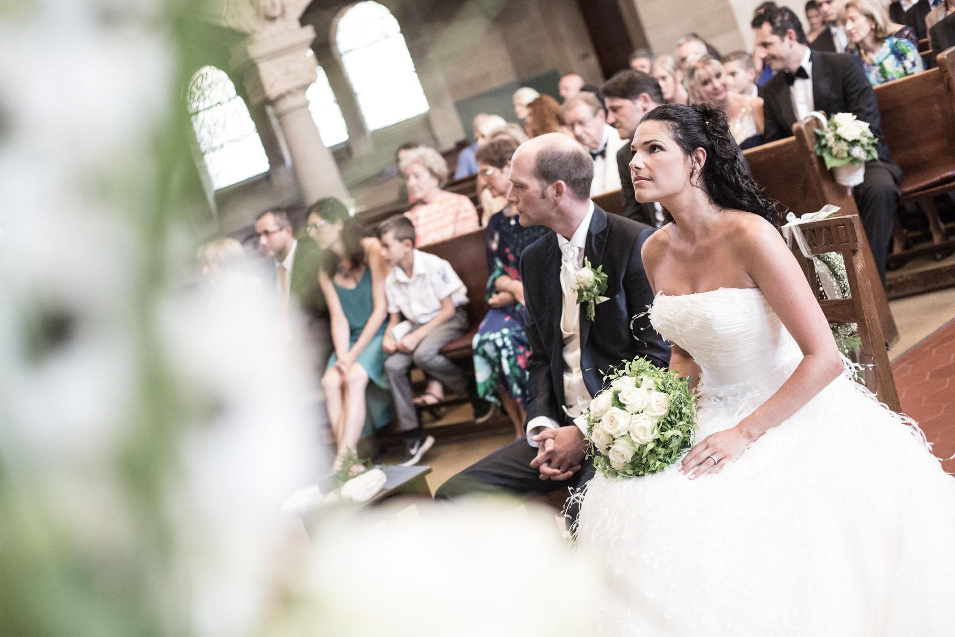Hochzeitsreportage Freiburg Basel kirchliche Trauung Brautpaar vor Altar