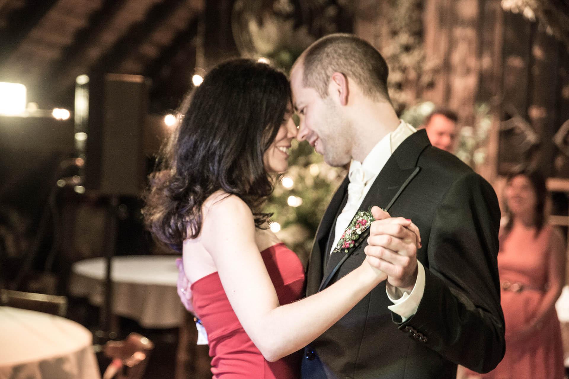 Hochzeitsreportage_Freiburg_Basel_Feier_Schwarzwald Brautpaar tanzt