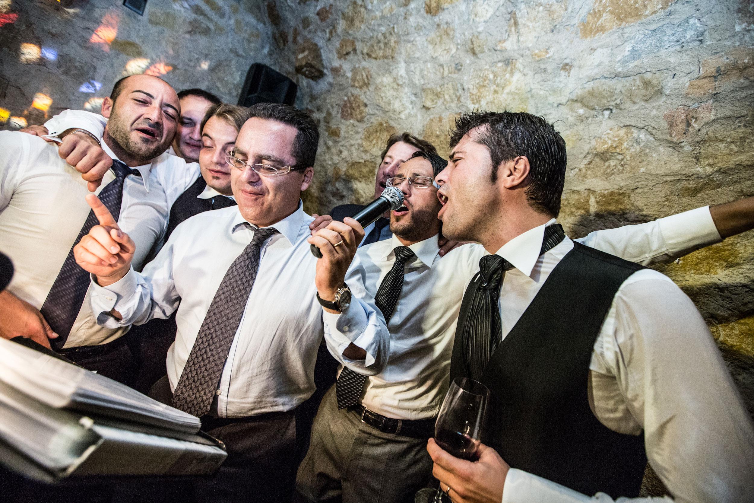 Hochzeitsreportage_Freiburg_Basel_zuerich_hochzetsreportage_Celebration_Gaeste singen Karaoke