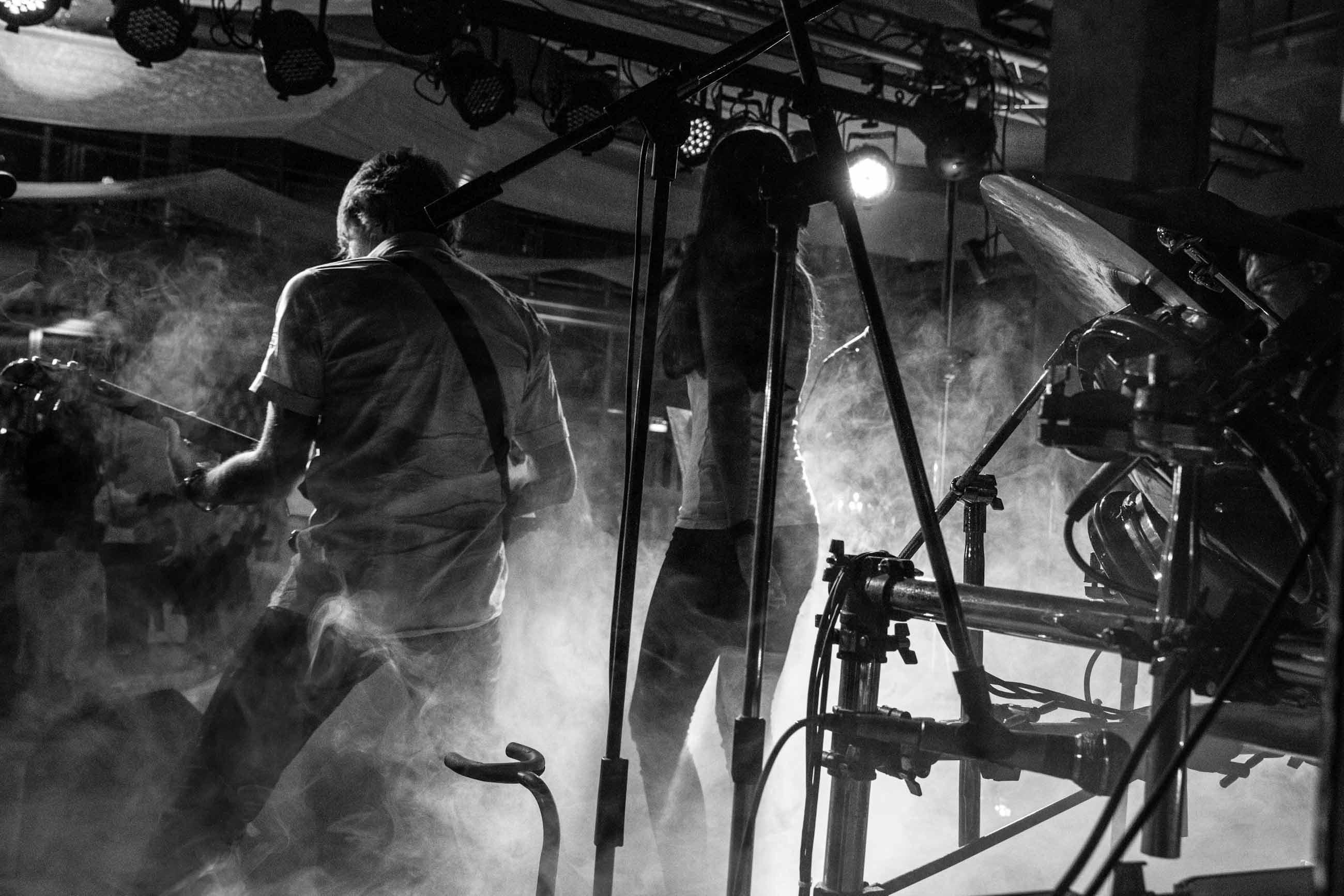 Hochzeitsreportage_Freiburg_Basel_Feier Bandauf der Buehne im Nebel