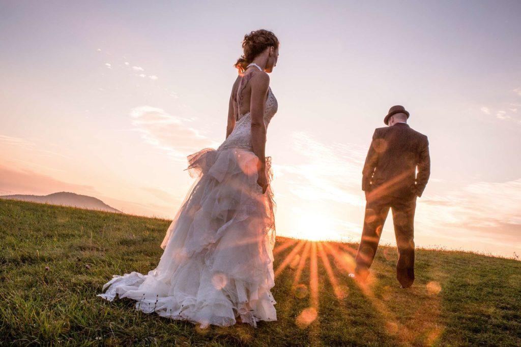 Sonnenlicht Gegenlicht Brautpaar horizont Wiese sonnenuntergang atmosphaere