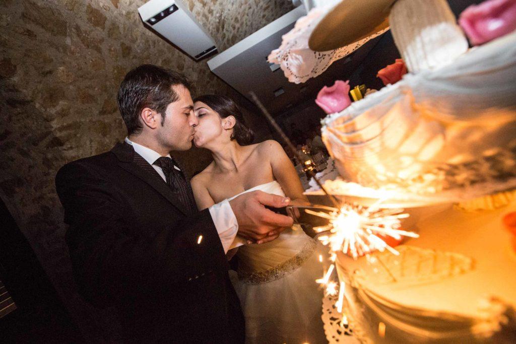 Hochzeitsreportage_Freiburg_Basel_zuerich_hochzeitsreportageDinner_Torte_wird vom Brautpaar geschnitten