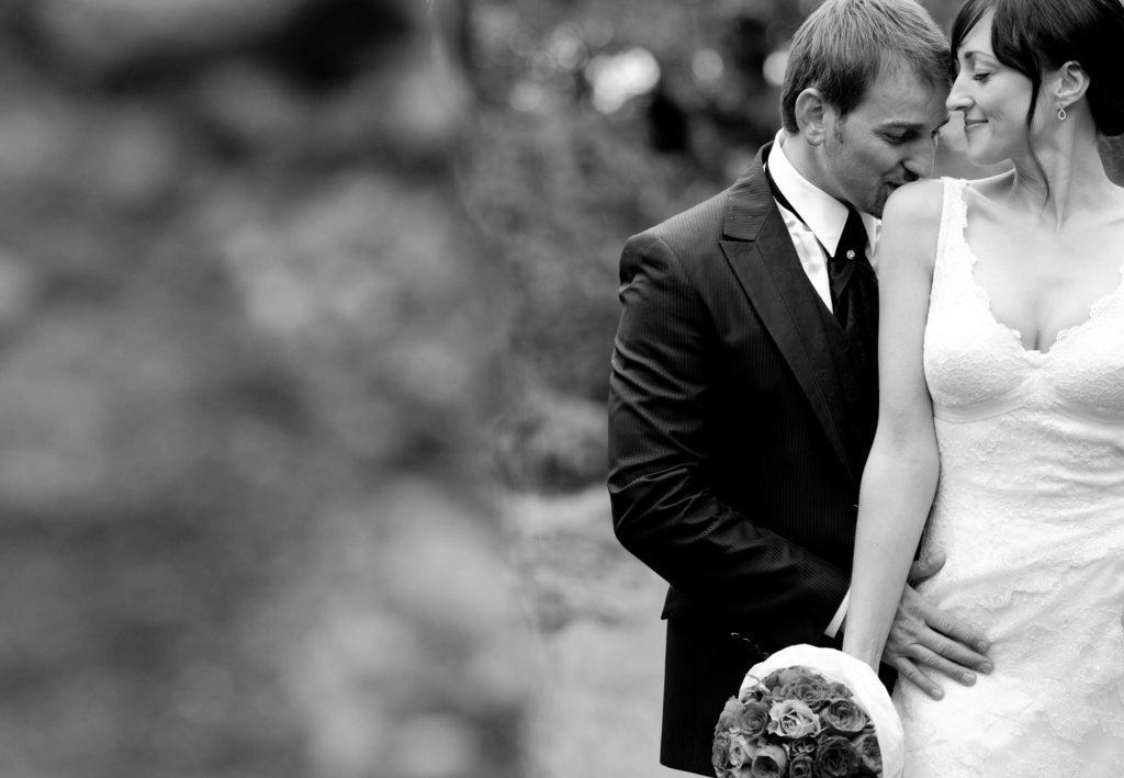 Brautpaar Kuss Hochzeit Wald Blumenstrauss